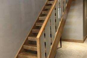 FBS18 : Open Plan Staircase: American Oak Treads, Oak Strings, Toughened Glass Panels Embedded (frosted), Oak Posts, Oak Handrail