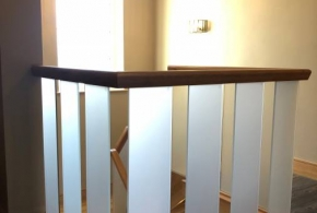 FBS20 : Open Plan Staircase Landing: Toughened Glass Panels Embedded (frosted), Oak Handrail